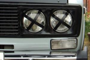 Крест на фарах — зачем водители оставляют его на оптике авто