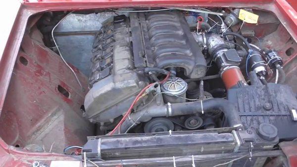 Двигатель БМВ в моторном отсеке ВАЗ 2106