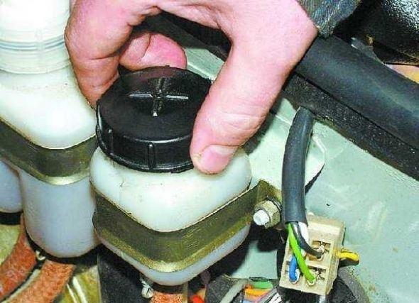 Подготовка к прокачке гидропривода сцепления
