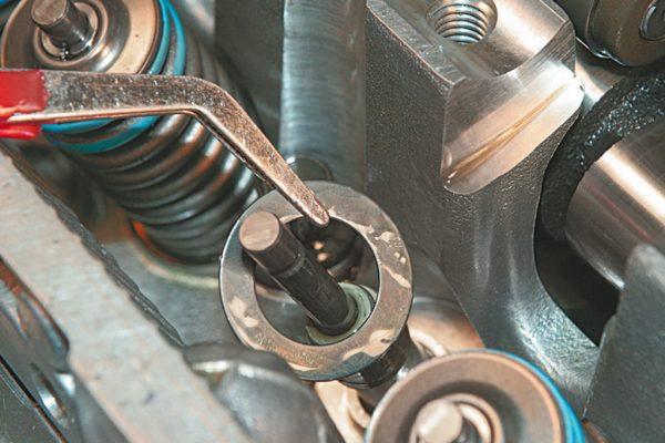 Съём маслосъёмного колпачка со стержня клапана ВАЗ 2106