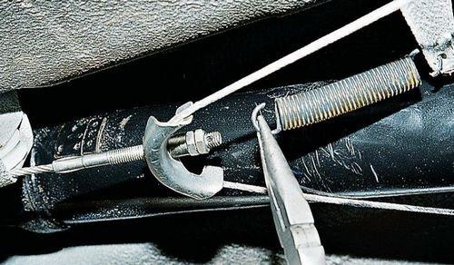 Демонтаж пружины троса ручного тормоза ВАЗ 2107