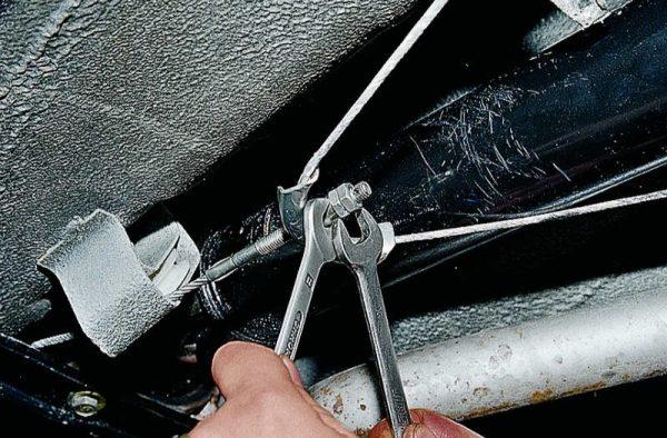 Отсоединение троса стояночного тормоза ВАЗ 2107