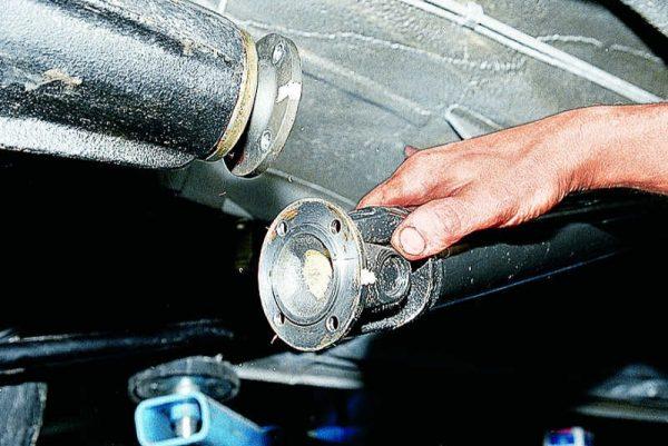 Рассоединение фланцев карданного вала ВАЗ 2107