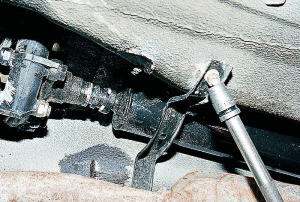 Снятие кронштейна безопасности карданного вала ВАЗ 2107