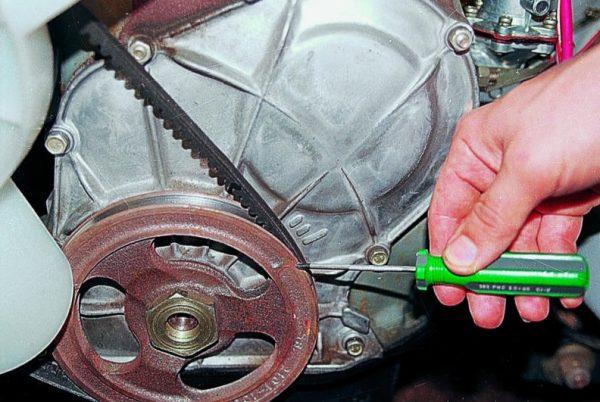 Совмещение меток шкива коленвала и блока цилиндров ВАЗ 2107