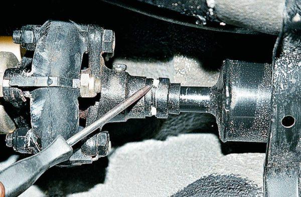 Стопорные усики уплотнительной обоймы кардана ВАЗ 2107