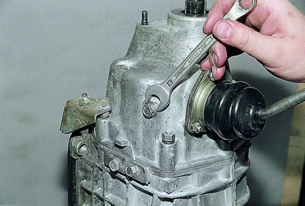 Болт фиксатора рычага переключения передач