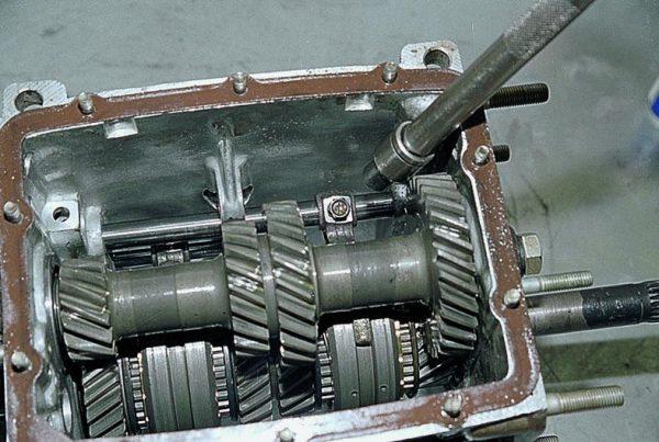 Болт крепления вилки 3 и 4 скоростей