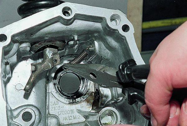 Демонтаж рычага переключения передач
