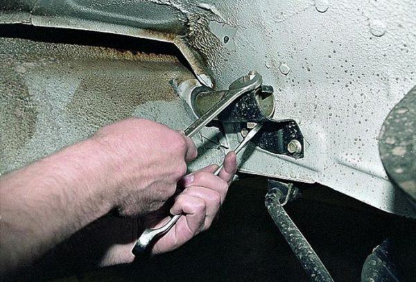 Как открутить среднее крепление бампера ВАЗ 2105–07