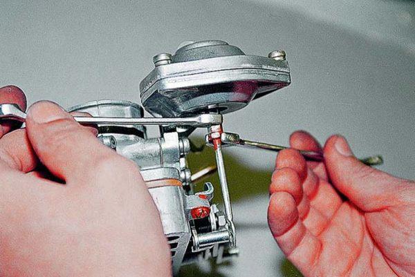 Как отрегулировать тягу вторичной камеры на карбюраторе «Озон»