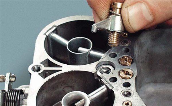 Как снять распылитель насоса ускорителя ДААЗ 2105