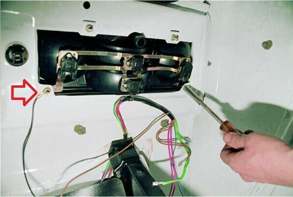 Крепление провода массы задней фары к кузову