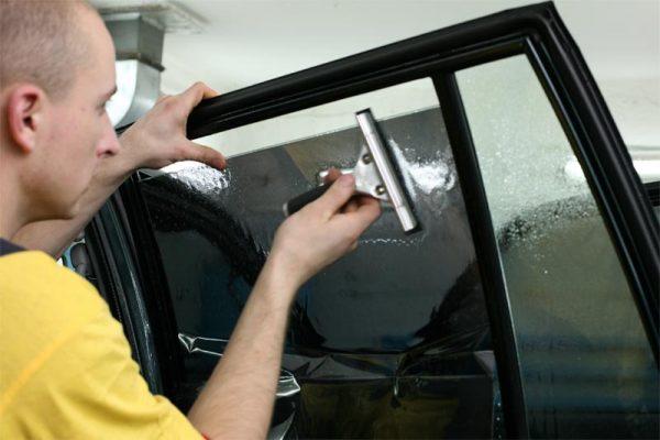 Нанесение тонировочной пленки на стекло автомобиля