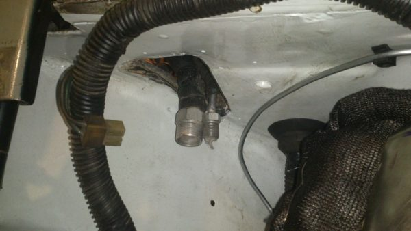 Патрубки испарителя в моторном отсеке