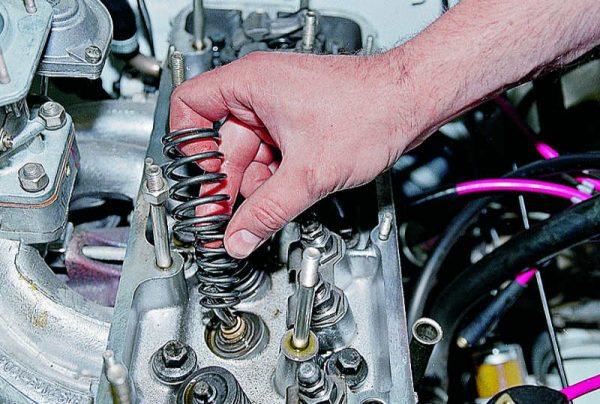 Демонтаж элементов клапанного механизма