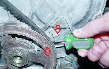 Расположение меток на шкиве и на крышке двигателя