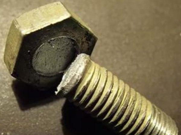 Сломанный болт крепления успокоителя цепи ГРМ ВАЗ 2107