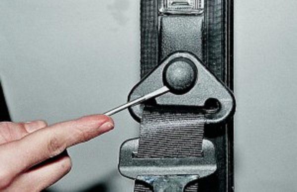 Снимаем декоративные накладки креплений ремня безопасности ВАЗ 2107