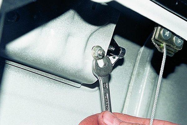 Снятие крепления ручки двери