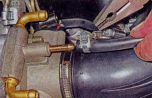 Снятие шланга со штуцера вентиляции картера
