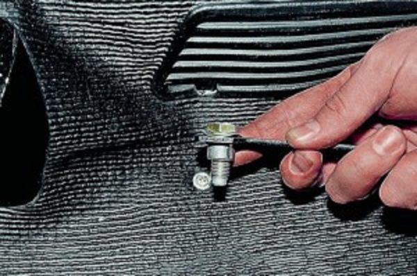Откручиваем крепежный болт фиксатора ремня безопасности ВАЗ 2107