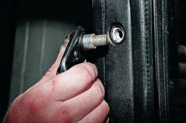 Откручиваем болт верхнего крепления ремня безопасности ВАЗ 2107