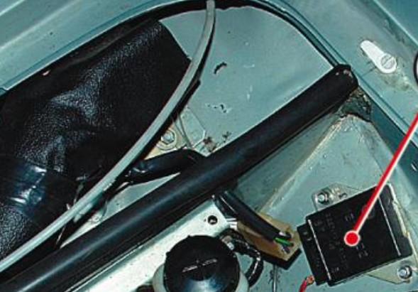 Расположение внешнего регулятора ВАЗ 2106