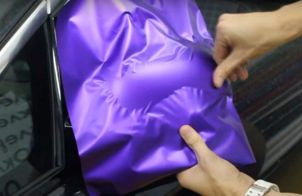 Нанесение плёнки на корпус зеркала