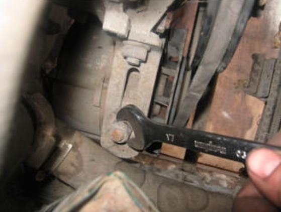 Откручивание крепёжной скобы генератора