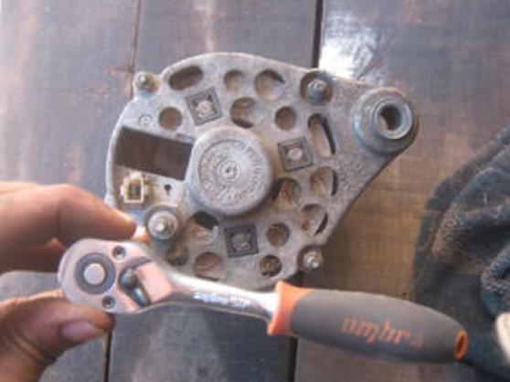 Откручивание крышки генератора