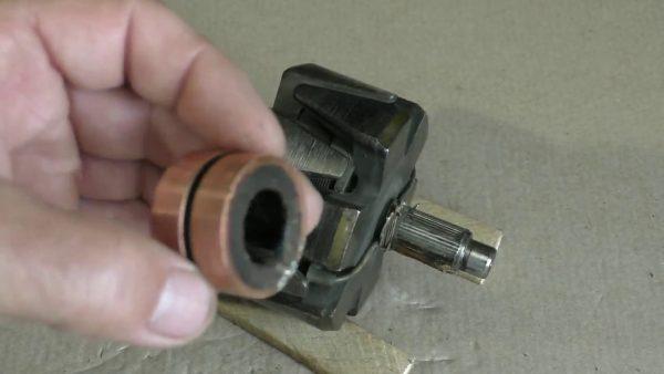 Ротор и два контактных кольца, снятые с него
