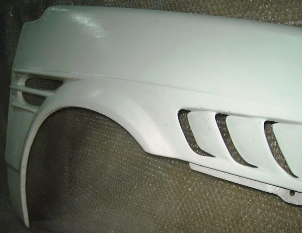 Тюнингованное пластиковое крыло ВАЗ 2107