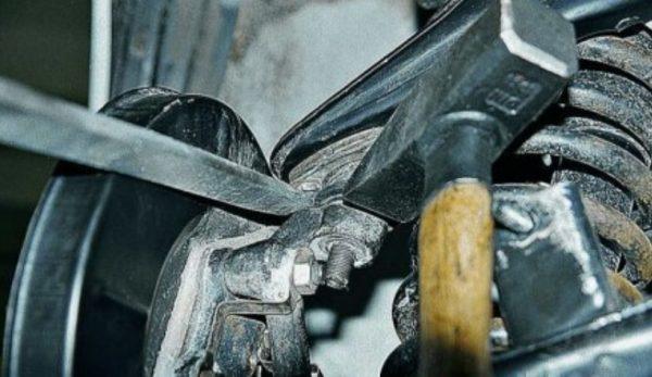 Выбивание шарового пальца ВАЗ 2107 молотком