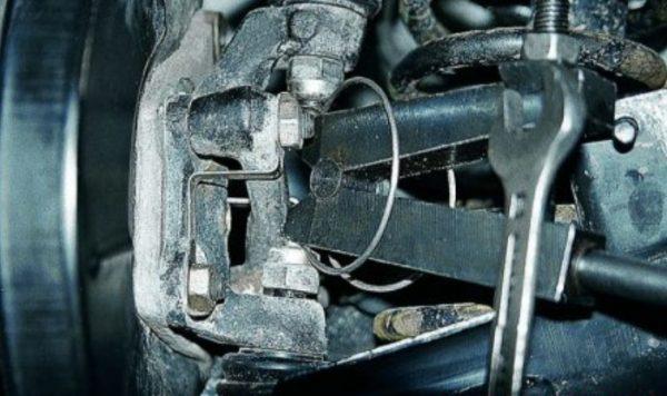 Выдавливание нижнего шарового пальца ВАЗ 2107