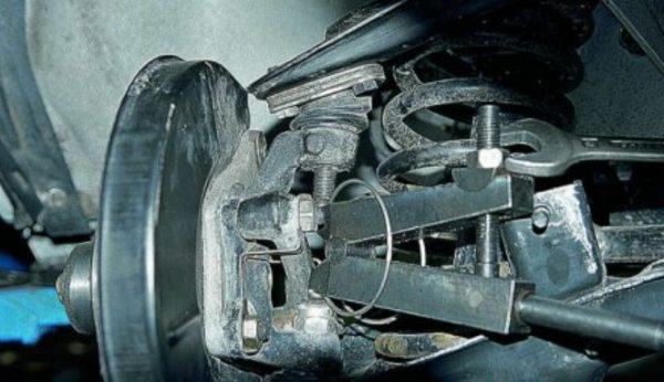 Выдавливание верхнего шарового пальца ВАЗ 2107