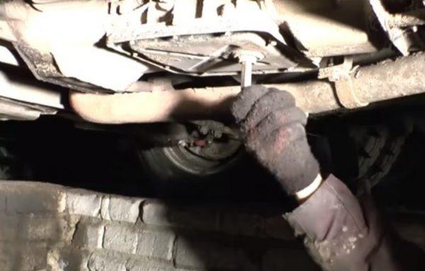 Выкручивание сливной пробки из КПП ВАЗ 2107