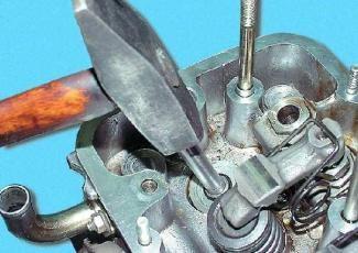 Выпрессовывание направляющей втулки клапана