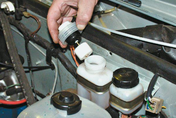 Уровень жидкости в тормозном бачке