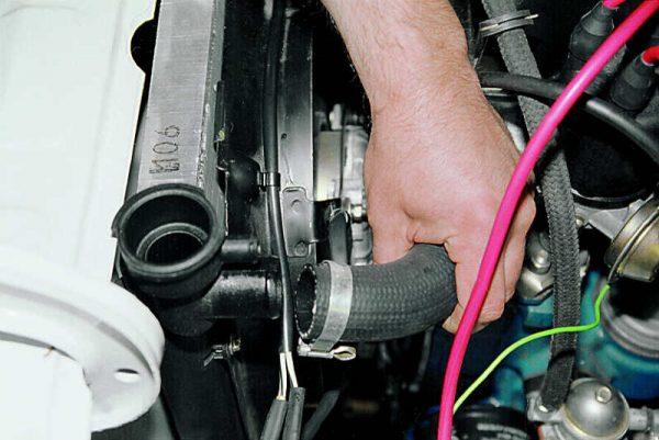 Снятие верхнего шланга радиатора