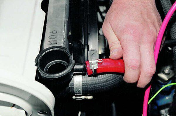 Снятие шланга с патрубка верхнего бачка