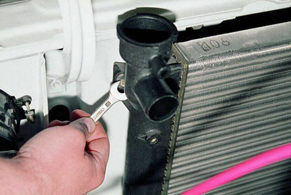 Откручивание крепёжных болтов радиатора