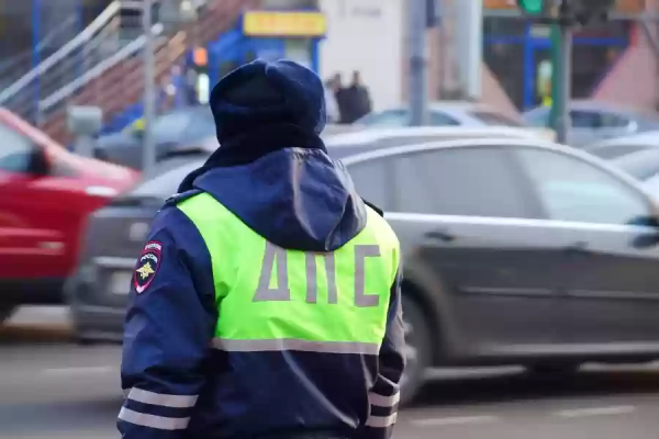 Сотрудник ДПС наблюдает за дорожным движением
