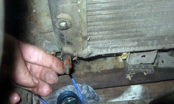 Как опорожнить радиатор охлаждения ВАЗ 2101—2107