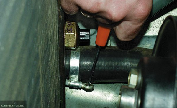Как снять патрубок охлаждения с радиатора ВАЗ 2101—2107