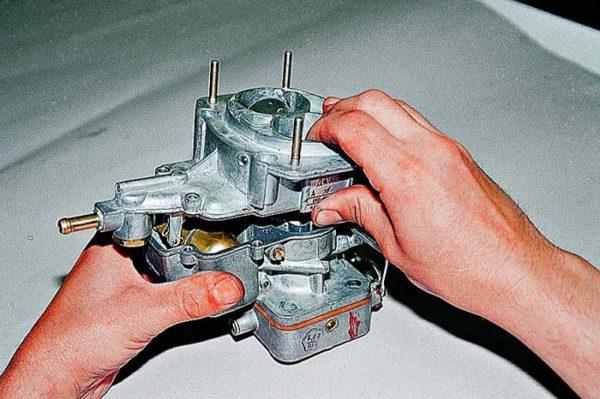 Как снять верхнюю часть карбюратора ДААЗ 2107