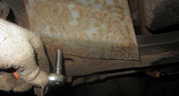 Как снять защитный пыльник на ВАЗ 2106