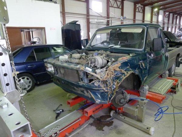 Повреждённый автомобиль на СТОА