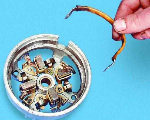 Снятие со щёткодержателя стартера ВАЗ 2107 перемычки