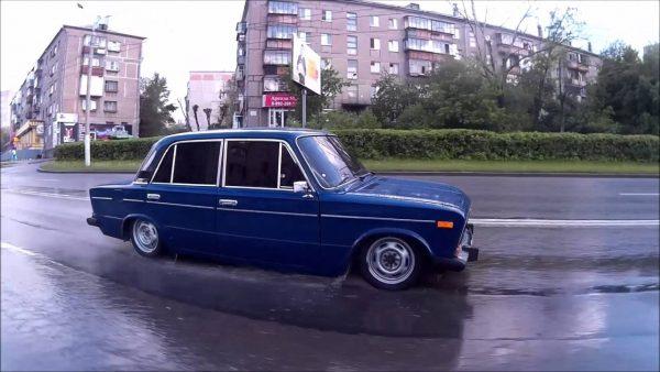 ВАЗ 2106 на дороге